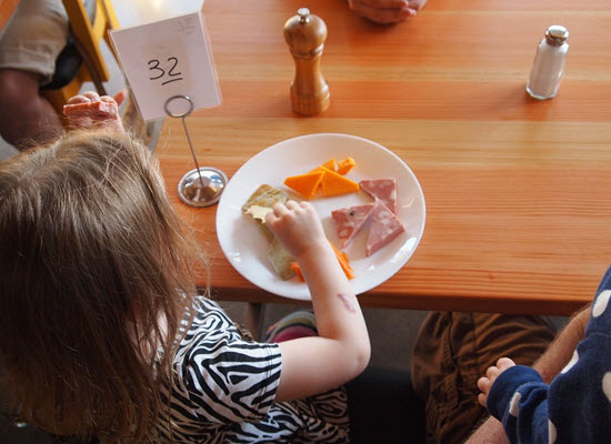 23 03 17 child eating